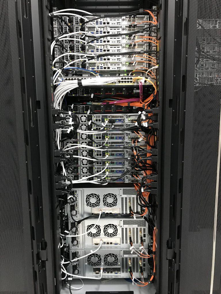 Spate rack: trasee redundante de fibra optică (portocaliu), alimentare redundantă cu energie electrică (negru), acces IPMI (alb)