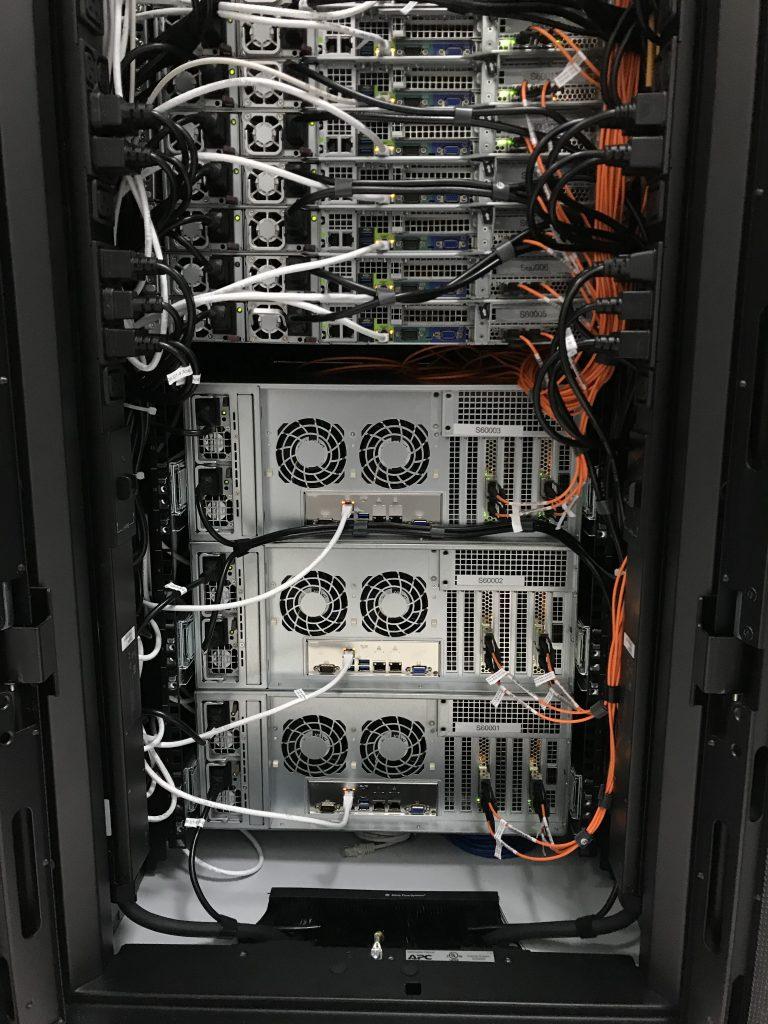 Cablurile albe de cupru intră în switch-ul pentru acces IPMI